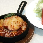 トマトとチーズの手作りハンバーグとサラダ