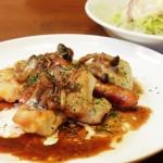 鶏肉とウインナーのグリルとサラダ