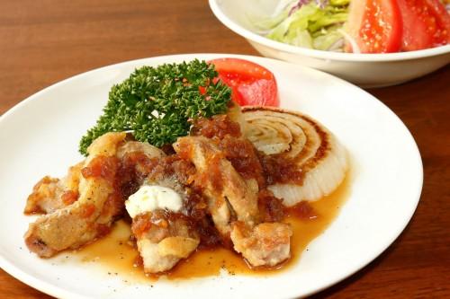 鶏もも肉と新玉ねぎのグリルとサラダ(シャリアピンソース)
