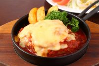 トマトとチーズの手作りハンバーグ(200g)とサラダ