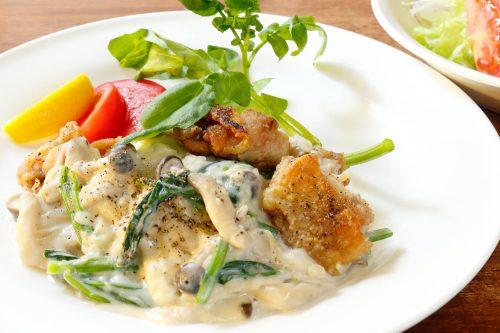 鶏モモ肉のソテー ホウレン草としめじのソースとサラダ