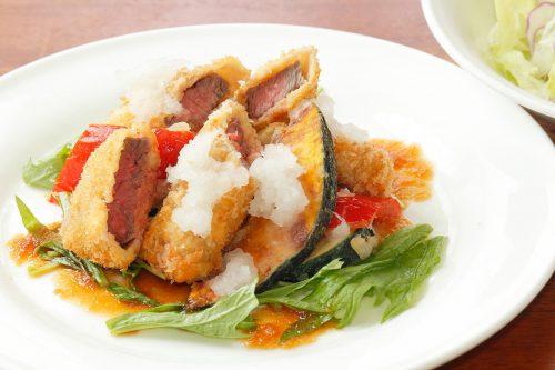 牛肉と夏野菜のフライとサラダ