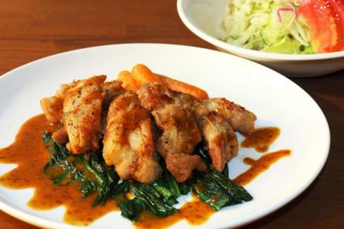 鶏もも肉のソテーとサラダ