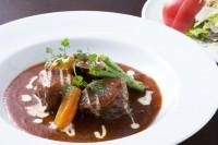 牛肉の赤ぶどう酒煮とサラダ