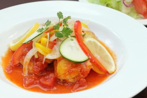鶏もも肉のトマト煮込みとサラダ