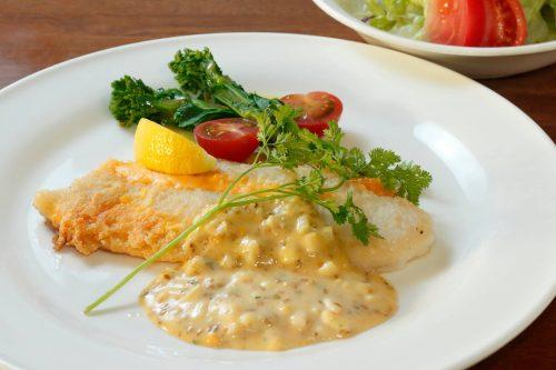 白身魚のチーズソテーとサラダ