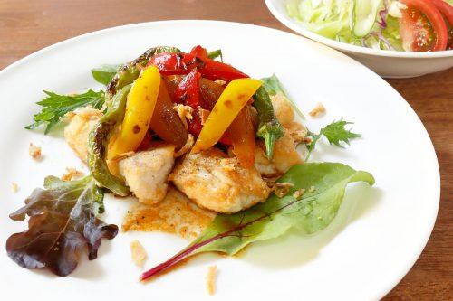 鶏肉と甘長唐辛子のメキシコ風とサラダ
