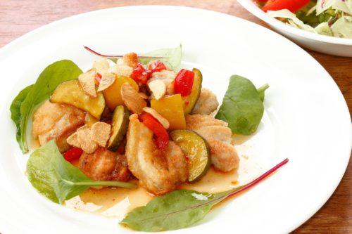 鶏もも肉のソテー 夏野菜のスイートチリソースとサラダ