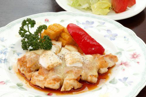若鶏むね肉のグリル 夏野菜添えとサラダ