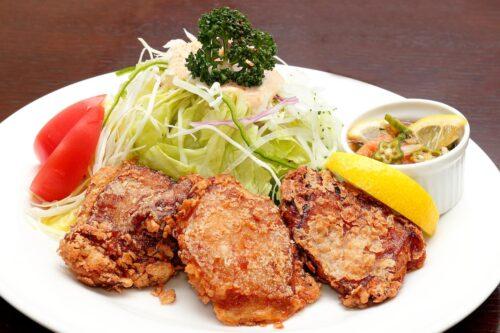 鶏モモ肉の唐揚げとサラダ